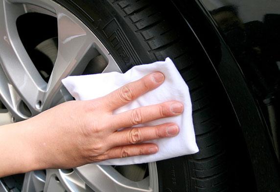 Lau lại sáp phủ bóng lốp xe